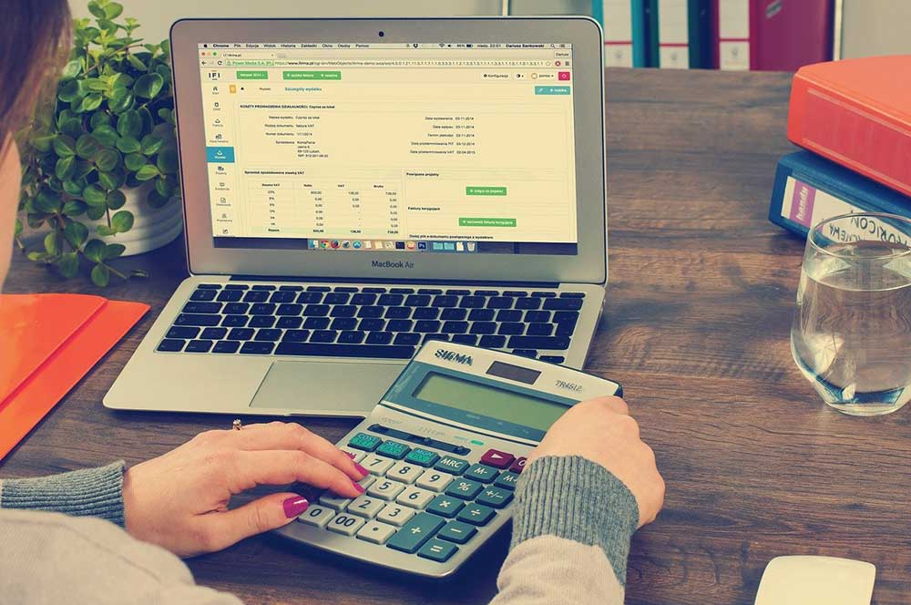 How to Choose Between Outsourcing and Hiring Financial Employees For Your Business